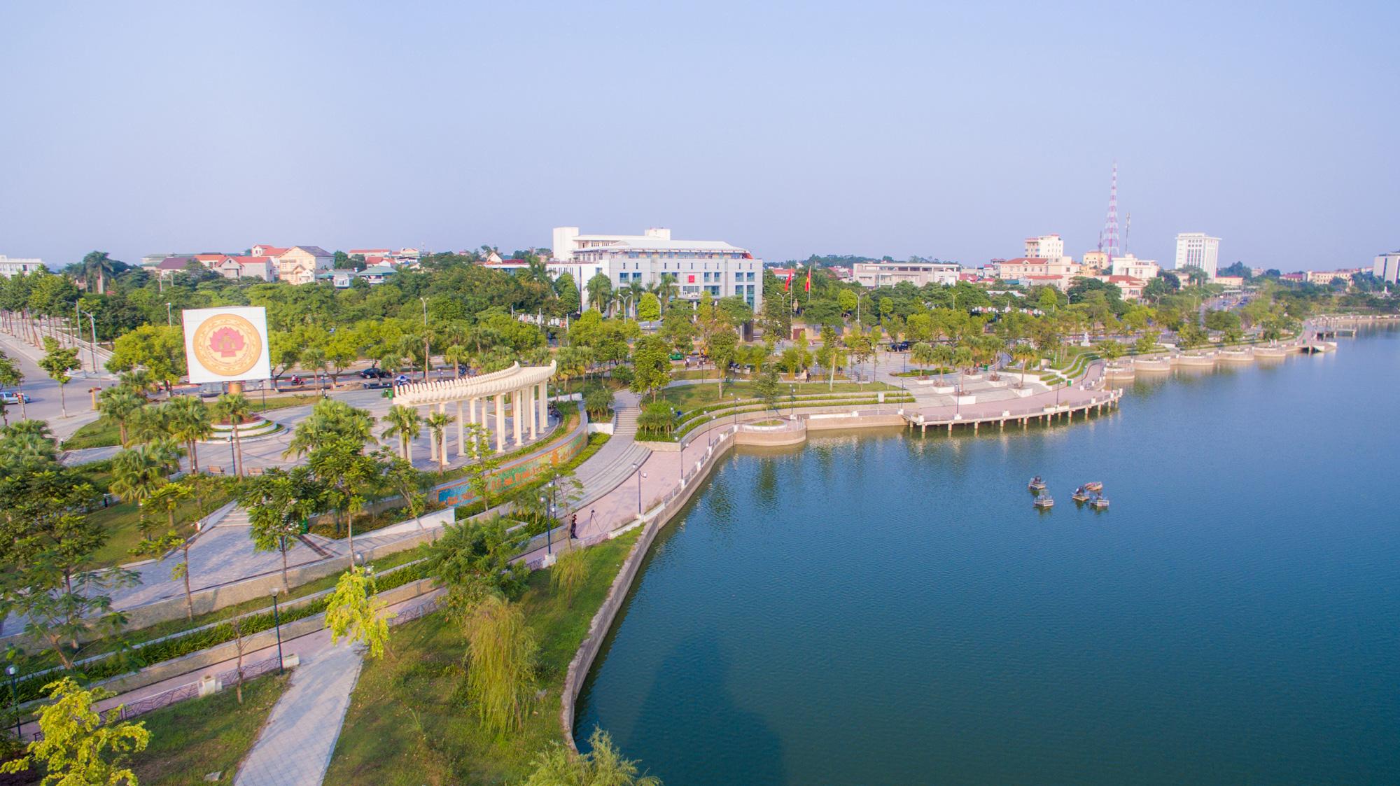 Ý tưởng thiết kế cảnh quan quảng trường Lá Cọ- thuộc công viên Văn Lang, hình ảnh gợi nhớ về những chứng tích trong lịch sử ở vùng đất văn hóa như trống đồng cổ, họa tiết hạc cổ.