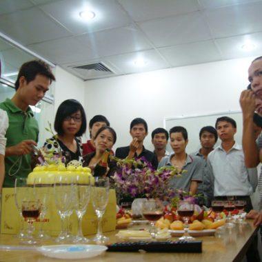 Các thành viên của công ty chuẩn bị chúc mừng sn lần 6